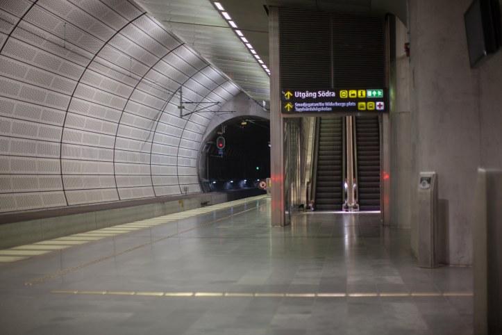 Triangelns tågstation, Rulltrappor, Informations skyltar, rödljus, Fotograf: Karl Larsson, www.karllarsson.se