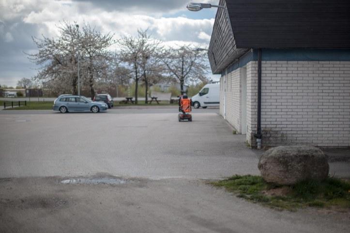 Hus, Sten, Gräs, Bil, Bänkar, Träd, SAAB, Eloped, Orange väst, Reflexväst, Foto: Karl Larsson
