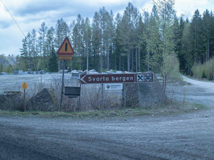 2017-05-09, Skyltar, Vägskyltar, Kringla, Bestick, Emmaboda Granit, Träd, Stenar, Grusväg, Lite blad på en björk, Foto: Karl Larsson