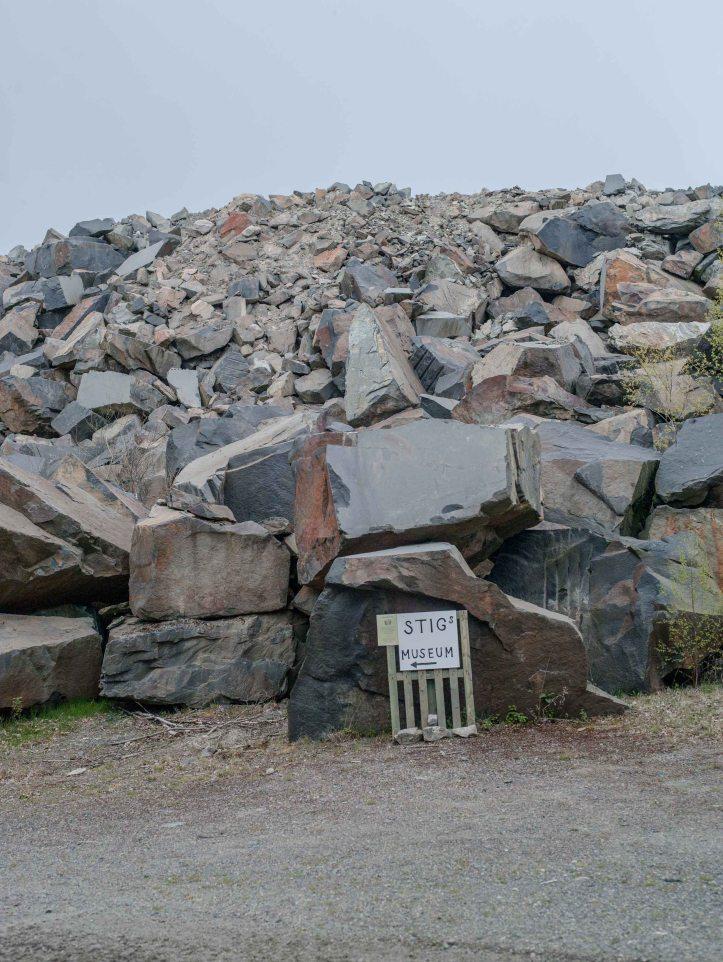2017-05-09, Granithög, Granitsten, Lastpall, Skylt, Stigs Museum, Pil, Foto: Karl Larsson