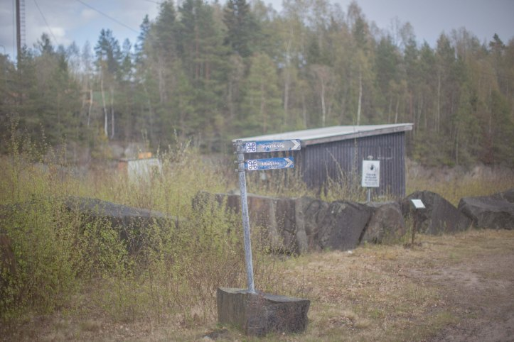 2017-05-09, Skylt nedborrad i sten, Skjul, Starta Bergen, Foto: Karl Larsson