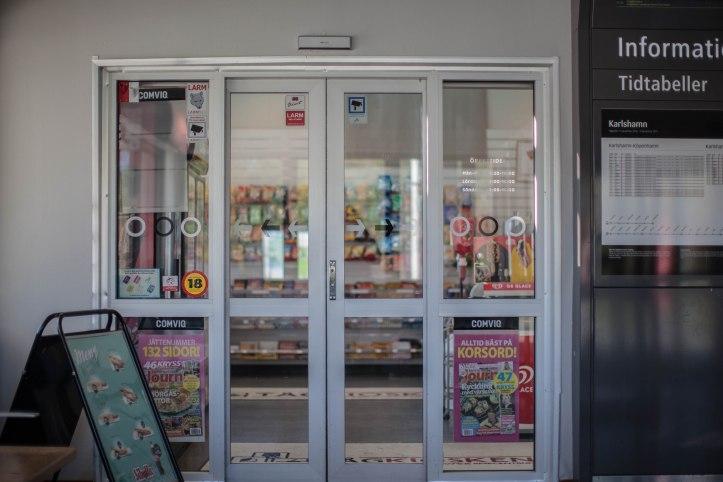 2017-05-12, Automatiska dörrar, Informationsskylt, Trottoarpratare, Gatupratare, Glassreklam, Pressbyrån, Tidtabeller, Foto: Karl Larsson