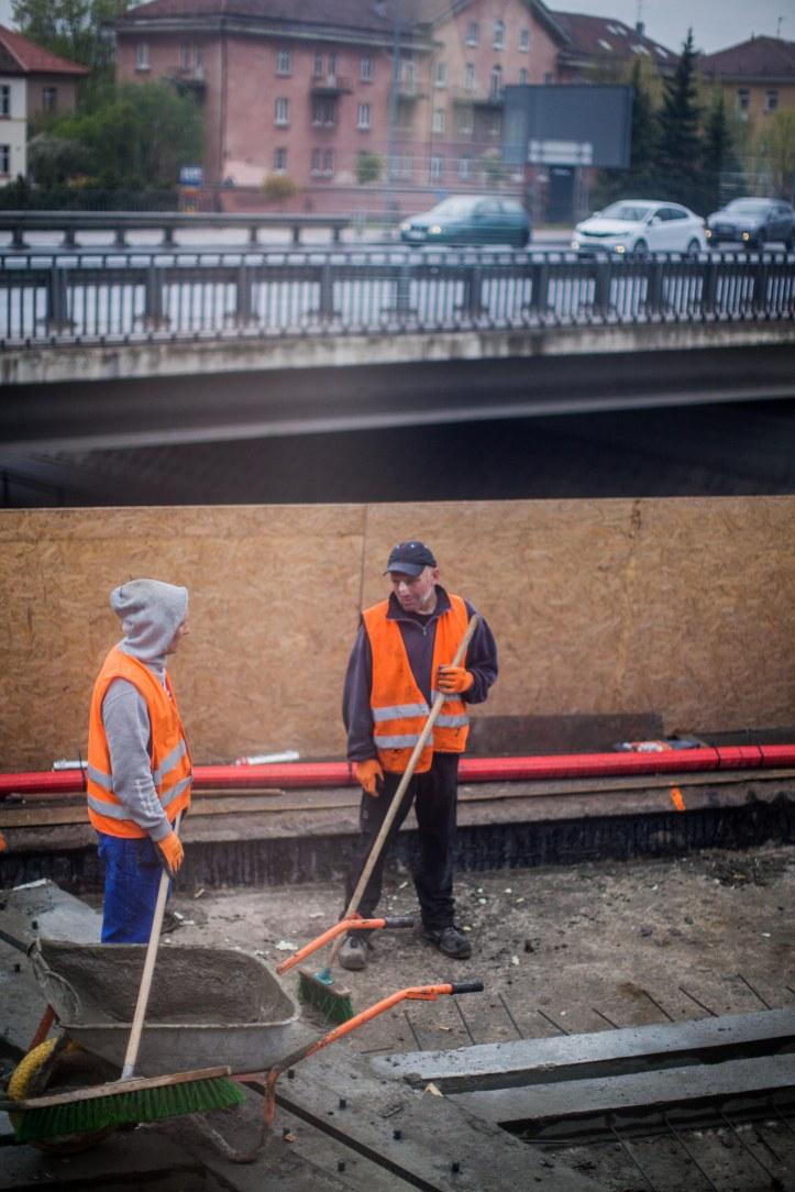 2017-05-15, Två arbetare vid spåret, Orange väst, bilar, väg, Foto: Karl Larsson
